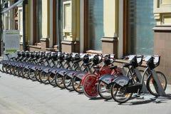 Moskva Ryssland - Maj 06 2017 Cykelhyra i den gataKuznetsk bron Royaltyfri Foto
