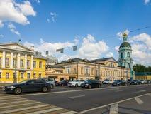 Moskva Ryssland - Maj 12, 2018 Den Yauzskaya gatan är en av äldst gator av staden Arkivfoton