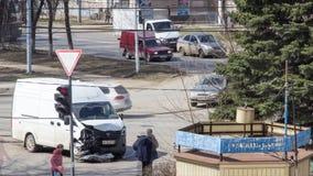Moskva Ryssland - Maj 29, 2019: En bruten kraschad minivan efter en olycka Bilolycka på upptagen genomskärning i staden stock video