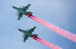 Moskva Ryssland - Maj 9, 2015: En grupp av för flygplan rökfärg i flykten Arkivfoton