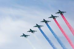 Moskva Ryssland - Maj 9, 2015: En grupp av för flygplan rökfärg i flykten Fotografering för Bildbyråer