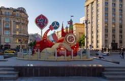 MOSKVA RYSSLAND - Maj 21, 2018: En klocka med en nedräkning av dagar, timmar och minuter till starten av den FIFA världscupen 201 Arkivfoton