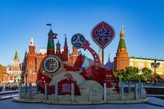 MOSKVA RYSSLAND - Maj 21, 2018: En klocka med en nedräkning av dagar, timmar och minuter till starten av den FIFA världscupen 201 Royaltyfri Fotografi