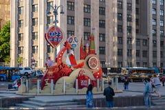 MOSKVA RYSSLAND - Maj 21, 2018: En klocka med en nedräkning av dagar, timmar och minuter till starten av den FIFA världscupen 201 Arkivbild