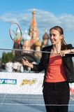 MOSKVA RYSSLAND - MAJ 30, 2013: Flicka som spelar badminton på röd fyrkant arkivbild