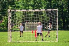 Moskva Ryssland, Maj 2018 Fotboll f?r barnlek p? skolg?rden royaltyfri foto