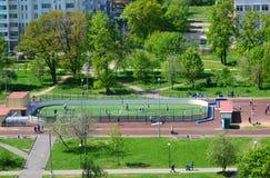 Moskva Ryssland - Maj 13 2016 Fotbollfält i område 20 av Zelenograd Arkivbild
