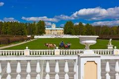 MOSKVA RYSSLAND - MAJ 02: Gå folk i Museum-godset Arkhang Royaltyfri Fotografi