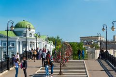 Moskva Ryssland - Maj 14 2016 GångareLuzhkov bro till och med dräneringkanalen Arkivfoto