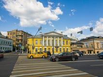 Moskva Ryssland - Maj 12, 2018 hus med mezzaninen av säterit Goncharov Filippov på den Yauzskaya gatan Royaltyfri Foto