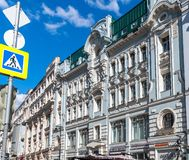 Moskva Ryssland - Maj 4 2019 Hus Sokolov p? den Myasnitskaya gatan landmark arkivfoton