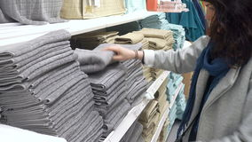 MOSKVA RYSSLAND, MAJ 20, 2016: Kvinna som väljer Grey Terry Towel In Department Store lager videofilmer