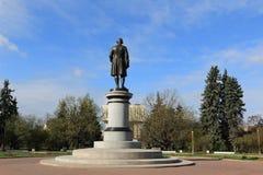 Moskva Ryssland - Maj 03, 2019: Monument till Mikhail Lomonosov från sidan av huvudbyggnaden av Moskvadelstatsuniversitetet royaltyfri foto