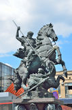 Moskva Ryssland, Maj, 19, 2017 Monument till St George på byggnaden av den Leningrad stationen i Moskva Royaltyfri Fotografi