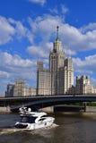 Moskva Ryssland - Maj 12 2018 Motorisk yachtprinsessa 58 och skyskrapa på den Kotelnicheskaya invallningen Royaltyfri Fotografi