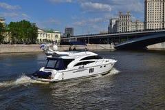 Moskva Ryssland - Maj 12 2018 Motorisk yachtprinsessa 58 på den Moskva floden Arkivbild