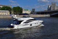Moskva Ryssland - Maj 12 2018 Motorisk yachtprinsessa 58 på den Moskva floden Arkivbilder