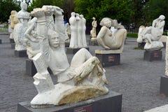 Moskva Ryssland, Maj, 12,2015, Muzeon parkerar i mitten av staden, går skulpterar lurar stället av och efter Sovjetunionenet och Arkivfoton