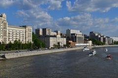 Moskva Ryssland - Maj 12 2018 Olika skepp på den Moskva floden Royaltyfri Fotografi