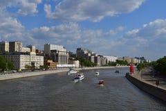 Moskva Ryssland - Maj 12 2018 Olika skepp på den Moskva floden Arkivbild