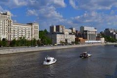 Moskva Ryssland - Maj 12 2018 Olika skepp på den Moskva floden Royaltyfri Foto