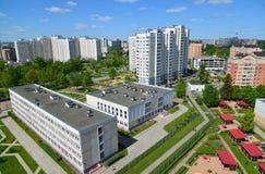 Moskva Ryssland - Maj 13 2016 Område för bästa sikt 20 av Zelenograd med skolan och dagiset Royaltyfri Foto