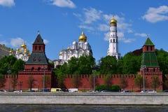 Moskva Ryssland - Maj 12 2018 Ortodoxa kyrkor och Kremlvägg Arkivfoto