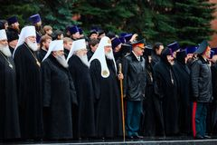 MOSKVA RYSSLAND - MAJ 08, 2017: Patriarken av Moskva och all Rus ` KIRILL och de HÖGRE PRÄSTERSKAPEN av den ryska ortodoxa kyrkan arkivfoto