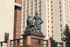 Moskva Ryssland - Maj 01, 2019: Skulptera ?ungdom i arbete ?n?ra ing?ngen till Moskvadelstatsuniversitetet arkivbild