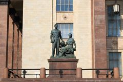 Moskva Ryssland - Maj 01, 2019: Skulptera ?ungdom i vetenskap n?ra ing?ngen till Moskvadelstatsuniversitetet royaltyfri fotografi