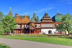 Moskva Ryssland - Maj 12, 2018: Slott av tsar Alexei Mikhailovich i Kolomenskoye fotografering för bildbyråer