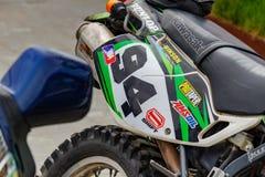 Moskva Ryssland - Maj 04, 2019: Systemrör för bakre hjul och avgasrörav closeupen för Kawasaki sportmotorcykel Moto festival MosM fotografering för bildbyråer