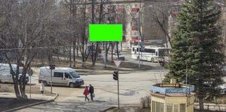 MOSKVA RYSSLAND - Maj 29, 2019: Timelapse 4k sikt av en upptagen tvärgata på en trafikljus Stor affischtavla med en gräsplan arkivfilmer