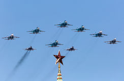 MOSKVA RYSSLAND - MAJ 9, 2015 Victory Parade i röd fyrkant Arkivfoton