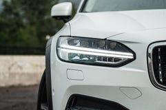 MOSKVA RYSSLAND - MAJ 3, 2017 VOLVO V90 ARGT LAND, framdel-sida sikt Prov av det nya Volvo V90 arga landet Denna bil är AWD SUV w Arkivbilder
