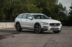 MOSKVA RYSSLAND - MAJ 3, 2017 VOLVO V90 ARGT LAND, framdel-sida sikt Prov av det nya Volvo V90 arga landet Denna bil är AWD SUV w Royaltyfria Bilder