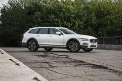 MOSKVA RYSSLAND - MAJ 3, 2017 VOLVO V90 ARGT LAND, framdel-sida sikt Prov av det nya Volvo V90 arga landet Denna bil är AWD SUV w Arkivfoto