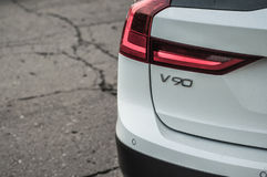 MOSKVA RYSSLAND - MAJ 3, 2017 VOLVO V90 ARGT LAND, framdel-sida sikt Prov av det nya Volvo V90 arga landet Denna bil är AWD SUV w Royaltyfri Foto