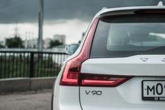 MOSKVA RYSSLAND - MAJ 3, 2017 VOLVO V90 ARGT LAND, framdel-sida sikt Prov av det nya Volvo V90 arga landet Denna bil är AWD SUV w Arkivbild