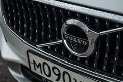 MOSKVA RYSSLAND - MAJ 3, 2017 VOLVO V90 ARGT LAND, framdel-sida sikt Prov av det nya Volvo V90 arga landet Denna bil är AWD SUV w Arkivfoton
