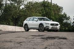 MOSKVA RYSSLAND - MAJ 3, 2017 VOLVO V90 ARGT LAND, framdel-sida sikt Prov av det nya Volvo V90 arga landet Denna bil är AWD SUV w Royaltyfri Bild