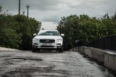 MOSKVA RYSSLAND - MAJ 3, 2017 VOLVO V90 ARGT LAND, framdel-sida sikt Prov av det nya Volvo V90 arga landet Denna bil är AWD SUV w Fotografering för Bildbyråer