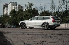 MOSKVA RYSSLAND - MAJ 3, 2017 VOLVO V90 ARGT LAND, framdel-sida sikt Prov av det nya Volvo V90 arga landet Denna bil är AWD SUV w Royaltyfria Foton