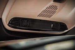 MOSKVA RYSSLAND - MAJ 3, 2017 VOLVO V90 ARGT LAND, inre sikt Prov av det nya Volvo V90 arga landet Denna bil är AWD SUV med Arkivbild