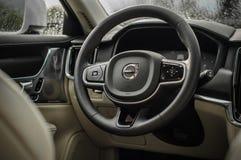 MOSKVA RYSSLAND - MAJ 3, 2017 VOLVO V90 ARGT LAND, inre sikt Prov av det nya Volvo V90 arga landet Denna bil är AWD SUV med Royaltyfria Foton