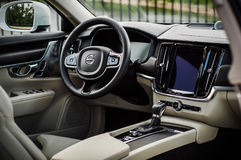 MOSKVA RYSSLAND - MAJ 3, 2017 VOLVO V90 ARGT LAND, inre sikt Prov av det nya Volvo V90 arga landet Denna bil är AWD SUV med Arkivbilder