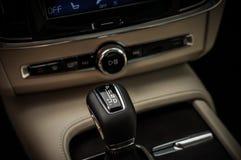 MOSKVA RYSSLAND - MAJ 3, 2017 VOLVO V90 ARGT LAND, inre sikt Prov av det nya Volvo V90 arga landet Denna bil är AWD SUV med Arkivfoto