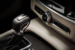 MOSKVA RYSSLAND - MAJ 3, 2017 VOLVO V90 ARGT LAND, inre sikt Prov av det nya Volvo V90 arga landet Denna bil är AWD SUV med Royaltyfri Bild