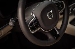 MOSKVA RYSSLAND - MAJ 3, 2017 VOLVO V90 ARGT LAND, inre sikt Prov av det nya Volvo V90 arga landet Denna bil är AWD SUV med Royaltyfri Fotografi