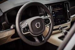 MOSKVA RYSSLAND - MAJ 3, 2017 VOLVO V90 ARGT LAND, inre sikt Prov av det nya Volvo V90 arga landet Denna bil är AWD SUV med Royaltyfri Foto